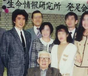 ラディアンス代表山崎靖夫(左) ソニー(株)創立者井深大氏(中央)